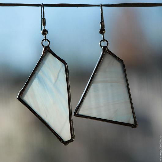 Серьги ручной работы. Ярмарка Мастеров - ручная работа. Купить Ассиметричные серьги. Из опалового белого стекла. Витражные украшения.. Handmade.