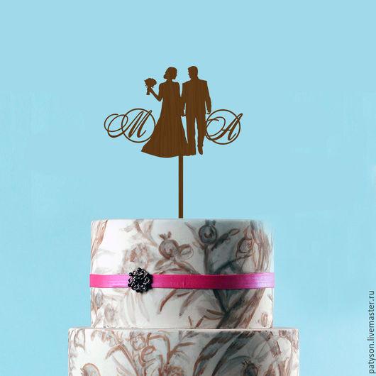 Топпер с инициалами станет символичным украшением свадебного торта.