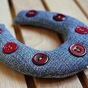 """Украшения ручной работы. Ярмарка Мастеров - ручная работа Украшения: """"Подкова на счастье"""" подарок из джинсовой ткани. Handmade."""