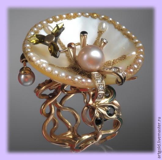 `Рождение Венеры` - кольцо из золота с перламутром, жемчугом, турмалинами и бриллиантами.