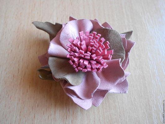 Брошь-цветок из кожи Розовая дымка