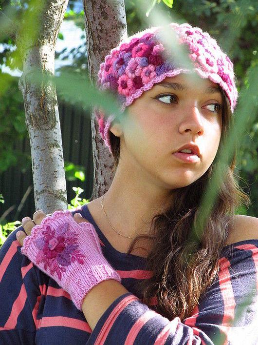 Яркая и озорная женская шапочка , связанная спицами и украшена ручной вышивкой  станет прекрасным подарком для девушки любого возраста !   Согреет и подарит прекрасное настроение в самые пасмурные д