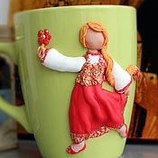 Посуда ручной работы. Ярмарка Мастеров - ручная работа Кружка с декором. Декор кружки Девочка в красном. Полимерная глина.. Handmade.