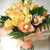 Цветы и флористика ручной работы. Ярмарка Мастеров - ручная работа Букет из роз и конфет. Handmade.