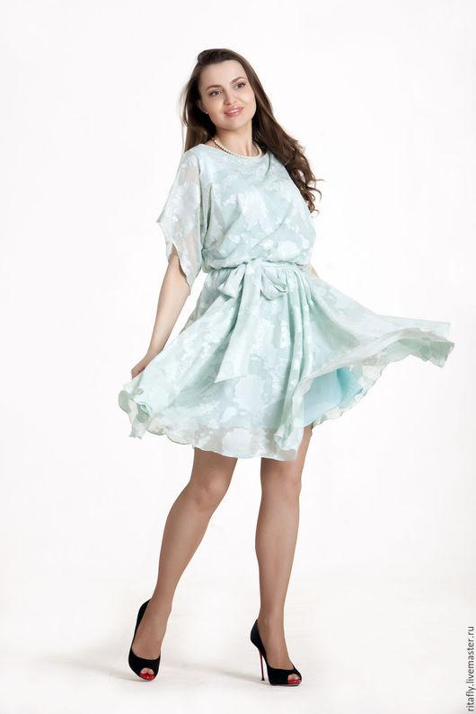 летнее легкое платье с юбкой полусонце, на подкладке из легкого батиста. платье силуэто летучая мышь с коротким рукавом. Платье очень хорошо подойдет для жаркого лета