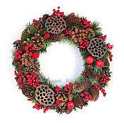 Подарки к праздникам ручной работы. Ярмарка Мастеров - ручная работа Зимний венок с шишками и ягодами красно-коричневый. Handmade.
