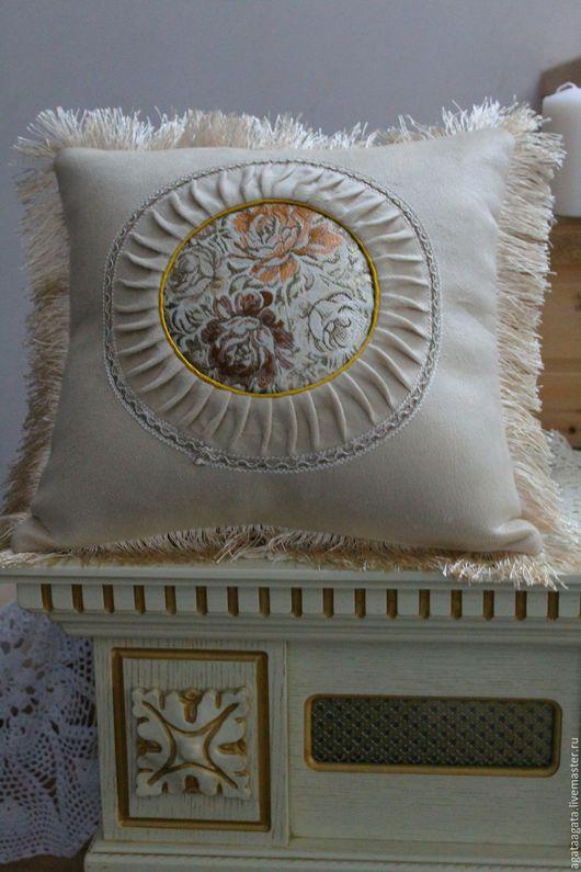 подушка пастельного тона, прекрасно подойдет для интерьера в стиле шебби-шик. Изготовлена наволочка из велюра, в центре декорирована гобеленовой вставкой( рисунок-розы) с применением тесьмы.