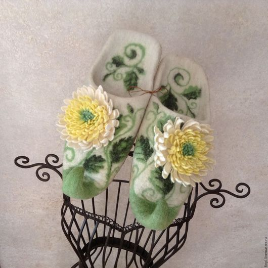 """Обувь ручной работы. Ярмарка Мастеров - ручная работа. Купить Тапочки валяные """"Хризантемы"""". Handmade. Валяные тапочки валяные"""