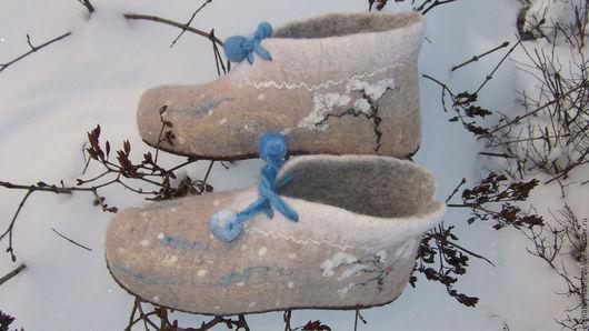 Башмачки для взрослых и малышей,возможно исполнение в любом размере.Используется натуральная некрашеная шерсть и волокна шелка,льна и вискозы. Очень зимние,новогодние,очень теплые и уютные башмачки.