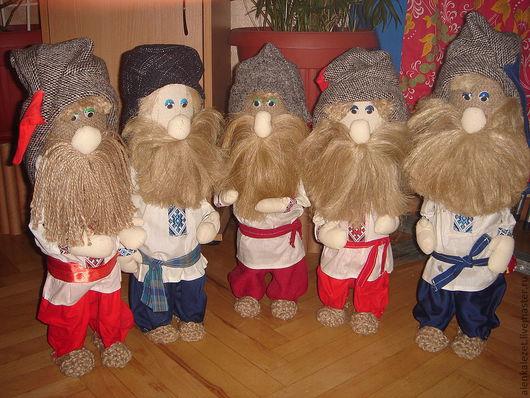 Домовики в национальных костюмчиках, выполнены из натуральных тканей. руки куклы подвижные. Кукла самостоятельно стоит без опоры