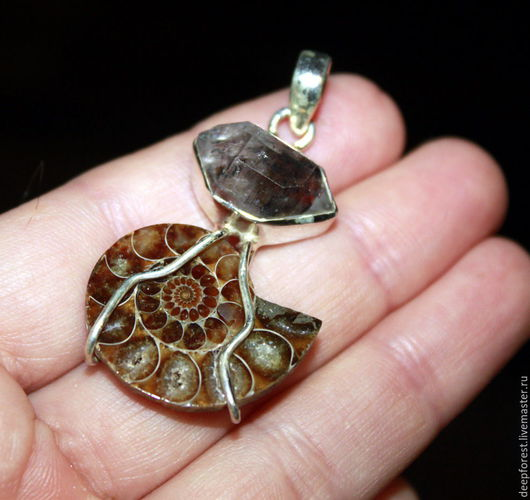 Кулоны, подвески ручной работы. Ярмарка Мастеров - ручная работа. Купить Кулон аммонит и редкий Хёркимерский алмаз в серебре. Handmade.