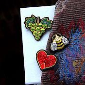 """Украшения ручной работы. Ярмарка Мастеров - ручная работа Броши  """"Виноград, пчелка, сердечко """" ручная вышивка .. Handmade."""