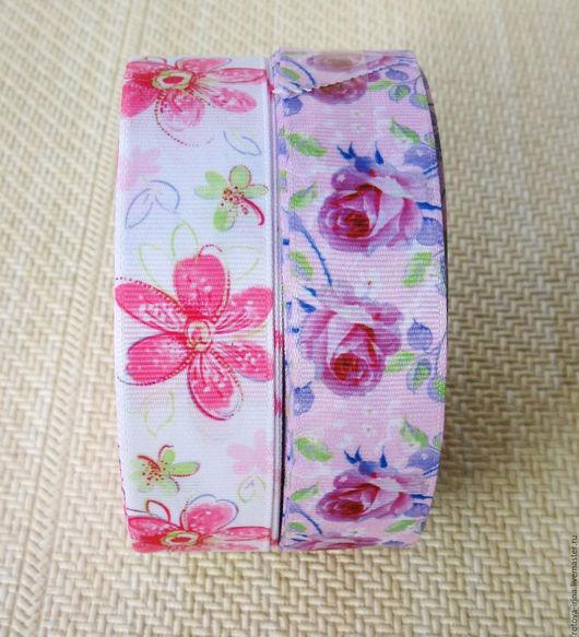 Репсовая лента шириной 25 мм. с 3D рисунком нежные цветы. На одной ленте - нежно сиреневый фон с загадочными красно-синими розами, на другой ленте - на воздушном бело-розовом фоне нежные цветы космеи