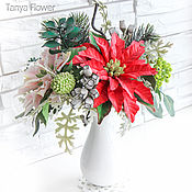 Зимний букет с пуансеттиями и ягодами