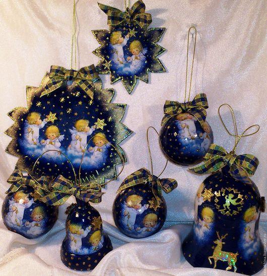 Три пластиковых шара диаметром 6 см, два деревянных медальона-снежинки на елку диаметром 9 и 17 см, два деревянных колокольчика 7,5 и 10,5 см высотой.