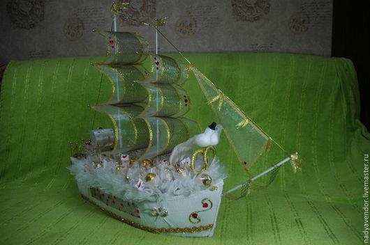 Свадебный  корабль -отличный подарок!Прекрасные впечатления молодоженам -они начинают совместную жизнь!Корабль отправляется в долгое плавание-Счастья ,любви ,взаимопонимания!Надежда.Ярмарка мастеров.