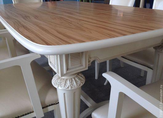 Изящный обеденный стол на белых точеных ножках. Благородная столешница из шпона оливы, изогнутая нижняя царга, резьба ручной работе придают столу элегантность, лаконичность и утонченность.