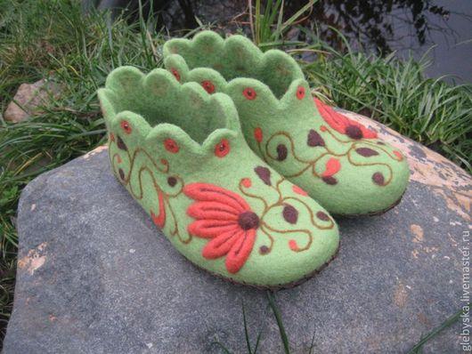 """Обувь ручной работы. Ярмарка Мастеров - ручная работа. Купить Тапочки """"Узоры на зеленом-2"""". Handmade. Салатовый, бусины стеклянные"""