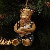 Подарки к праздникам ручной работы. Ярмарка Мастеров - ручная работа Ватная ёлочная игрушка Мишка с подарком. Handmade.