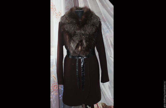 Пальто зимнее, цвет горький шоколад. Подкладка стеганная, утепленная(утеплитель ватин). Ткань 100% шерсть. Воротник натуральный(лиса) отстегивается. Воротник шалька. Пальто прямого силуэта.