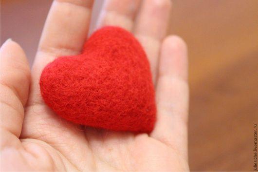 """Броши ручной работы. Ярмарка Мастеров - ручная работа. Купить Валяная брошь """"Красное сердце"""".. Handmade. Ярко-красный"""