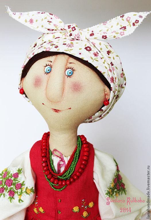 Вся композиция  сшита с натуральных материалов: лён, хлопок, шерсть.   Костюм куклы  состоит: длинная сорочка декорирована вышивкой рококо, юбка, фартук, корсетка, панталоны,  платочек, бусики деревян