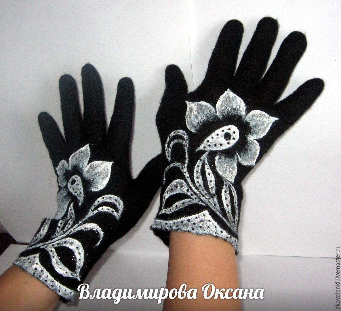 Felted gloves made of natural high quality Merino wool.