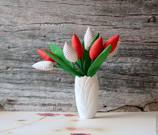 Стебли тюльпанов сгибаются под тяжестью бутонов, готовых раскрыться в любой момент... А вы знаете, что они приносят счастье?