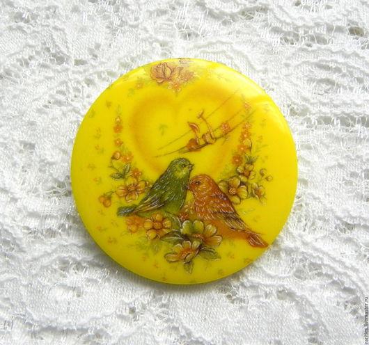 Шитье ручной работы. Ярмарка Мастеров - ручная работа. Купить Чешская пуговица Любовная мелодия,богемское стекло,жёлтая,птицы,сердце. Handmade.