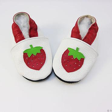 """Обувь ручной работы. Ярмарка Мастеров - ручная работа Кожаные тапочки""""Клубничка"""",кожаная обувь.пинетки.чешки. Handmade."""