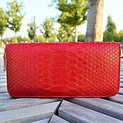 Кошельки ручной работы. Ярмарка Мастеров - ручная работа Красный кошелек на молнии из кожи питона в подарок девушке. Handmade.