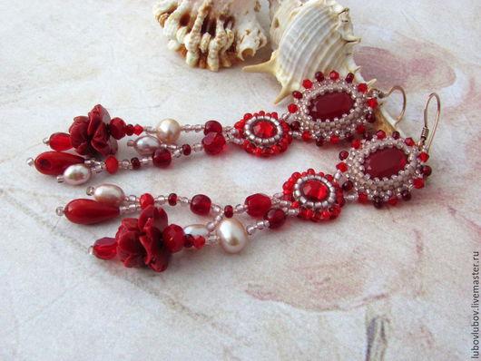Длинные серьги `Red passion` красные с кораллами. Темно-красный, серьги с цветами, серьги с кораллами.