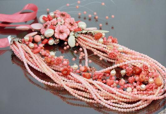 Многорядное колье на тросике и проволоке из бусин коралла, натурального жемчуга, резных листиков из перламутра с цветами из коралла и перламутра В колье 12 нитей натурального коралла, диаметром 3 мм