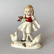 """Винтажные предметы интерьера ручной работы. Ярмарка Мастеров - ручная работа Lippelsdorf фарфоровая статуэтка """"Девочка с гусями"""" Германия. Handmade."""