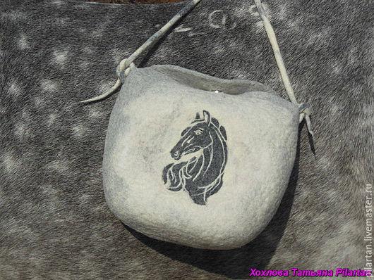 сумка, сумка валяная, сумка женская, валяная сумка, сумка для девушки, сумка с лошадкой, сумка с картинкой, сумка для прогулок, валяная сумка, маленькая сумка, серая сумка, светлая сумка, белая сумка,