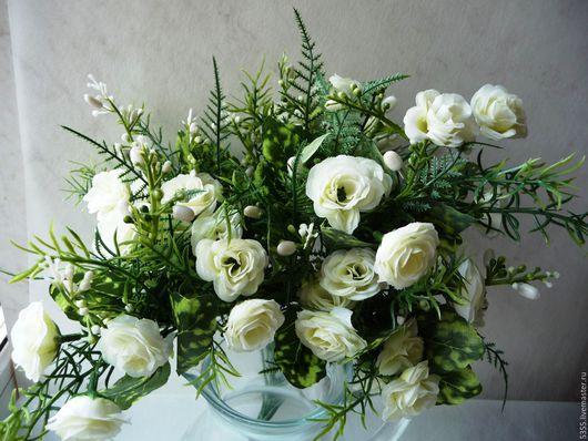 Веточка-вставка с белыми камелиями и зеленью. Камелия Искусственные цветы и зелень Флористический материал Купить цветы в букет Палочка-выручалочка.