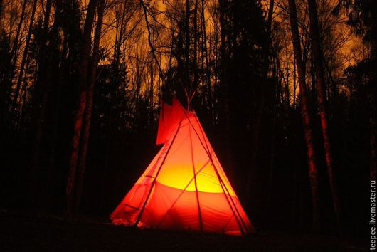 Ночной колоритный вид, с подсветкой от костра