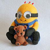 Куклы и игрушки ручной работы. Ярмарка Мастеров - ручная работа Миньон Боб с Мишуткой (сухое валяние). Handmade.
