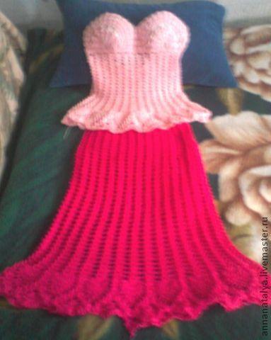 нежно розовый топ с открытой спиной и завязками на шее, приталенный и ажурными ананасами по низу топа+ малиновая юбка, ниже колена, по низу юбки ажурные ананасы