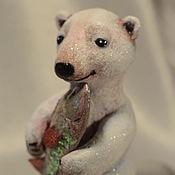 Мягкие игрушки ручной работы. Ярмарка Мастеров - ручная работа Белый медведь с рыбой.. Handmade.