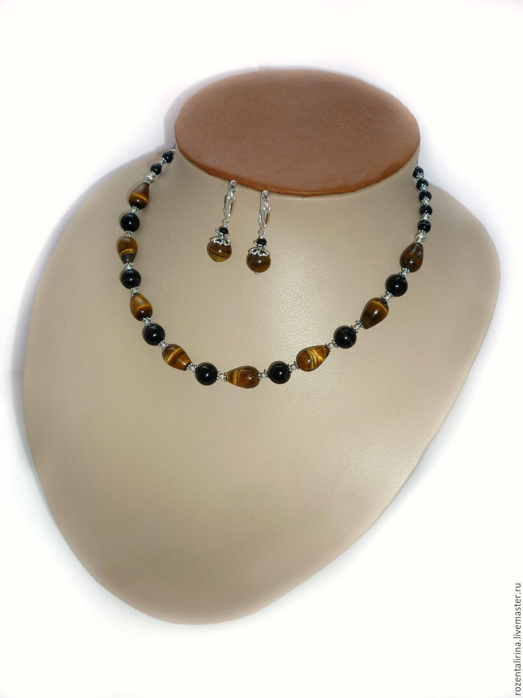 Колье и серьги `Пралине` выполнены из натурального Тигрового глаза капли и натурального чёрного Ленточного Агата. Качественная металлофурнитура цвета серебра.