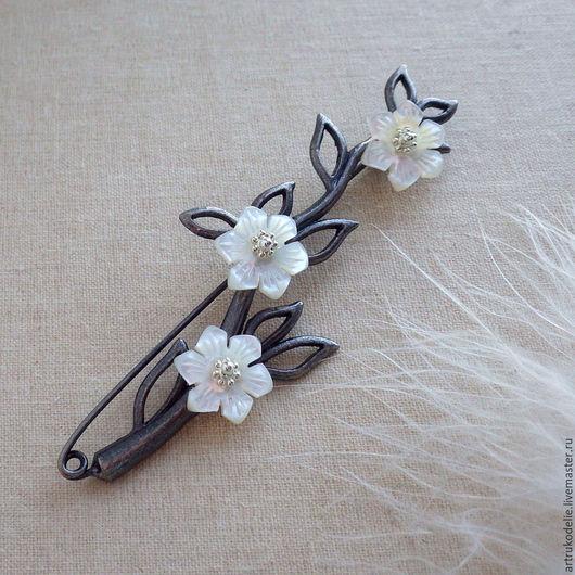Брошь Яблонька из фурнитуры графитового или оловянного цвета в виде веточки и цветочков из перламутра, похожих на цветы яблони.