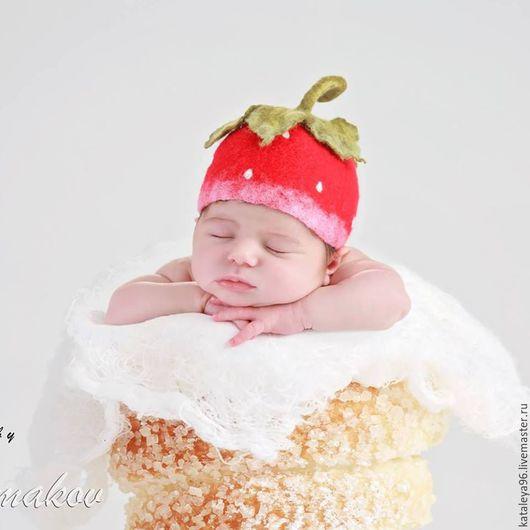"""Для новорожденных, ручной работы. Ярмарка Мастеров - ручная работа. Купить Шапочка для фотосессии """"Клубничка"""". Handmade. Ярко-красный, шляпа"""