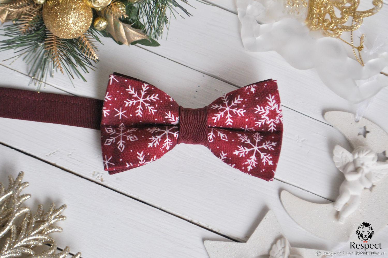 Новогодняя бабочка галстук бордового цвета со снежинками и однотонной бордовой перегородкой. Отличный вариант новогоднего подарка парню, мужчине, а также новогодний аксессуар для фотосессии.