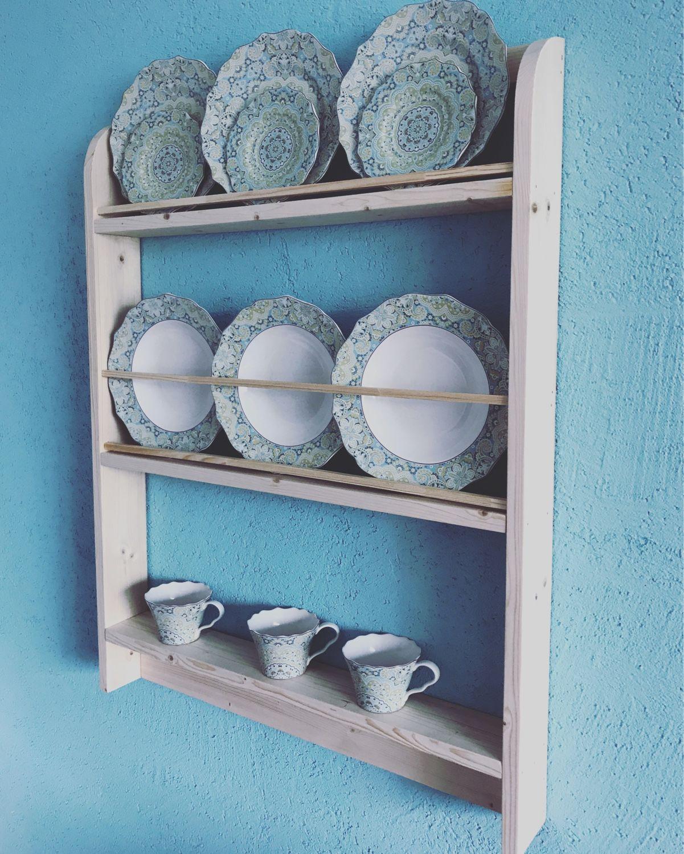 гайд фото полок с декоративными тарелками этой