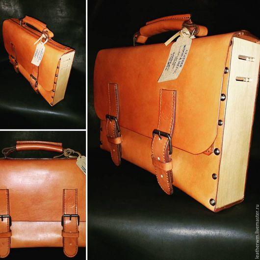 Кожаный мужской портфель. Не совсем классический, с деревянными вставками.  Серия `Wood` - сумки со вставками из натурального дерева.