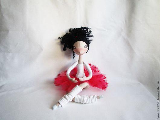 У каждого свое призванье: Одежду шить иль вышивать. ОНА с рожденья уже знала, Что будет только танцевать.  Кукла сшита по авторской выкройке Елены Войнатовская   Кукла полностью на проволочном