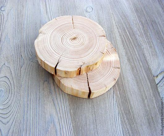 Спилы дерева разных диаметров. Спилы отшлифованы с одной стороны. Спилы могут быть с трещинами. Могут быть с корой или без.