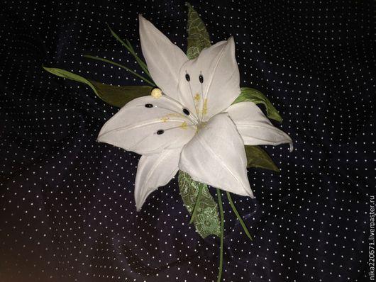 Броши ручной работы. Ярмарка Мастеров - ручная работа. Купить Лилия, стилизованная. Handmade. Цветок из ткани, белый, шёлк