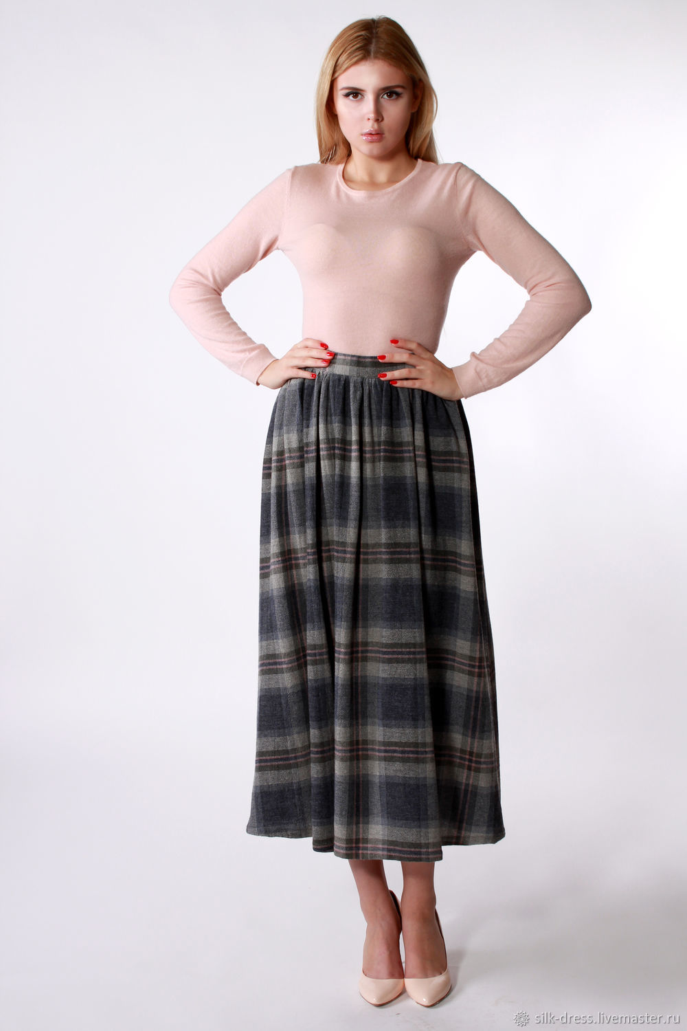 The plaid skirt made of wool
